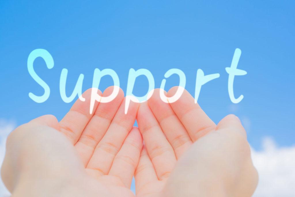 青空に手をかざしてサポートの文字の画像